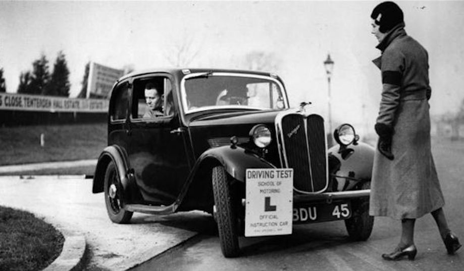 Motor racing enthusiast Victoria Worsley offers advice to a learner driver in 1935. Photo: Getty Images
