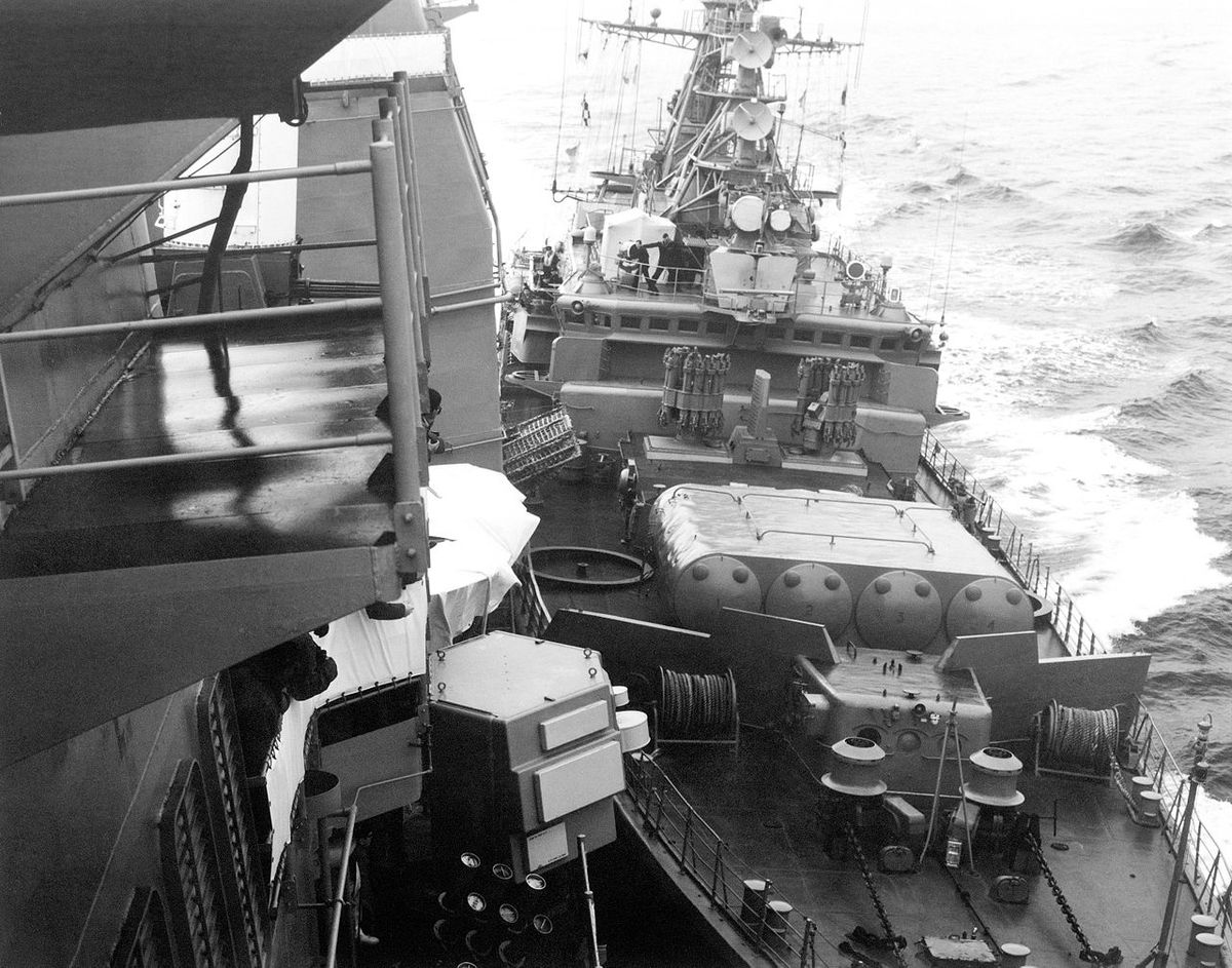 Soviet frigate Bezzavetny (right) bumping USS Yorktown in the Black Sea in 1988