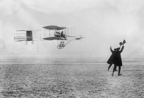 Henri Farman crosses the line to win the Grand Prix d'Aviation for the first observed circular flight of 1km
