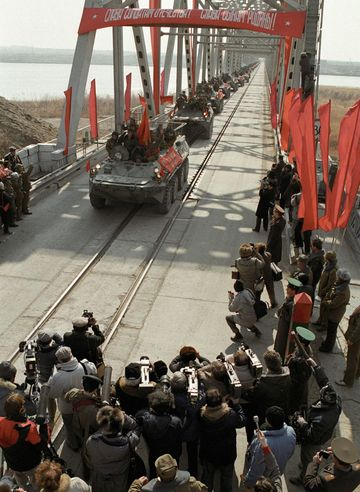 Last Soviet troops withdraw from their war in Afghanistan