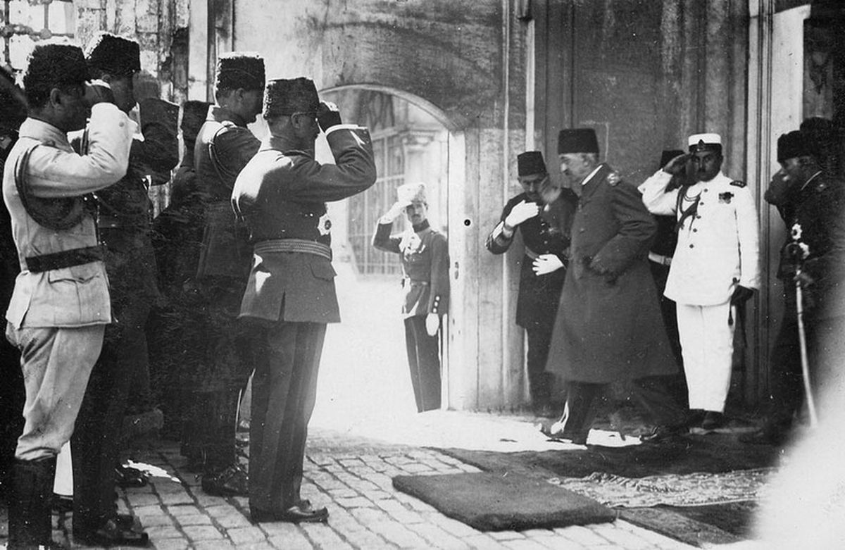 The last Ottoman sultan, Mehmed VI, departs his palace in Istanbul after the abolition of the monarchy