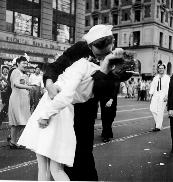 Kissing the War Goodbye on VJ Day